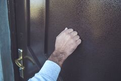 Free Man Knock In House Door Royalty Free Stock Photography - 170097747