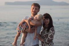Man kvinnan och flickan på stranden - familj Fotografering för Bildbyråer