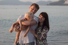 Man kvinnan och flickan på stranden - familj Arkivbilder