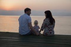 Man kvinnan och flickan på stranden - familj Royaltyfri Foto