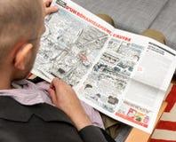 Man läs- Charlie Hebdo som har gyckel om satirisk tecknad film Fotografering för Bildbyråer