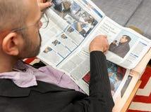 Man läsning om Mikheil Saakashvili, utgång från Ukraina Royaltyfria Foton