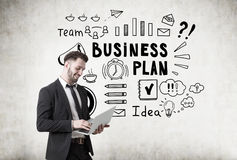 Man with laptop and business plan sketch Royalty Free Stock Photos