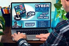 Man with laptop in site web with an announcement of discounts in Royalty Free Stock Images