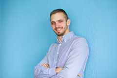 Man leaning against a blue wall Royalty Free Stock Photos