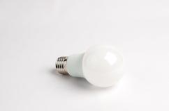 Man LEDDE energi - sparande ljusa kulor över det gamla glödande, bruk av den ekonomiska och miljövänliga ljusa kulan Arkivfoton