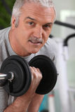 Man lifting a dumbbell at the gym Royalty Free Stock Photography