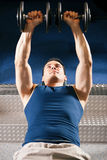 Man lifting dummbell in gym Royalty Free Stock Photos