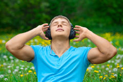 Man listening to music outdoors Royalty Free Stock Photos