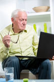 Man in living room with laptop Royalty Free Stock Photos