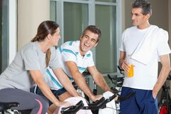 Man Looking At Happy Friends Exercising On Royalty Free Stock Photos