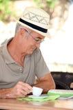 Man looking at a map Royalty Free Stock Photography