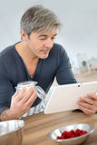 Man looking at recipe on tablet Royalty Free Stock Photos