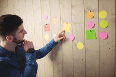 Man looking at sticky notes Royalty Free Stock Photography