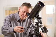 Man looking through telescope Royalty Free Stock Images