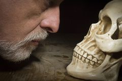 Free Man Looks At The Skull Royalty Free Stock Images - 145896299