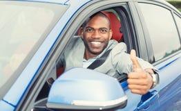 Man lyckliga visningtummar för chauffören upp att komma ut ur bilen Royaltyfri Fotografi