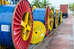 """MAN MALDIVERNA †""""November 16, 2017: Stora mång--färgade spolar för elektriska kablar som ligger längs vägen Arkivbilder"""