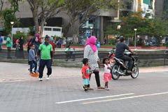 MAN, MALDIVERNA - FEBRUARI 17 2018 - folk och barn i huvudsakligt ställe för ön för afton ber tid Fotografering för Bildbyråer