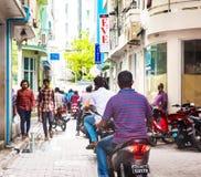 MAN MALDIVERNA - NOVEMBER, 27, 2016: Sikt av stadsgatan Folk på stadsgatan Kopiera utrymme för text royaltyfria bilder