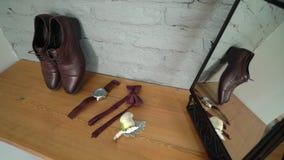 Man manier - schoenen, polshorloge en vlinderdas stock videobeelden