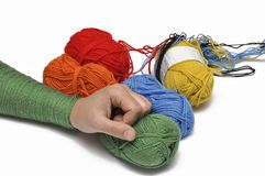 Man& x27; mano di s e filato colorato isolati su un fondo bianco crochet Copi lo spazio fotografie stock