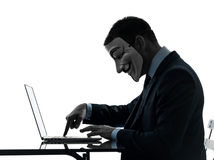 Man maskerad beräknande datorkontur för anonym gruppmedlem royaltyfria foton