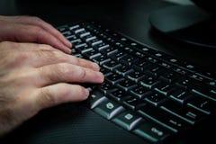 Man maskinskrivning på ett tangentbord med bokstäver i hebréiskt och engelskt Royaltyfria Foton
