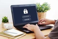 Man maskinskrivninglösenordet på labtopskärmbakgrund, cybersäkerhet royaltyfria foton