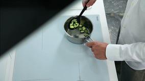 man meal preparing απόθεμα βίντεο