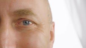 Man med öppnade ögon som tätt blinkar upp Vision synförmåga, oftalmologi lager videofilmer