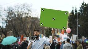 Man med affischen i händer på demonstrationen Bög och lesbisk kvinnaprotesten Lgbt samlar lager videofilmer