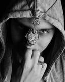 Man med amuletten arkivfoto