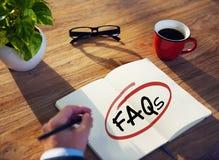 Man med anteckningsbok- och FAQsbegrepp Fotografering för Bildbyråer