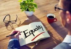 Man med anteckningsboken och jämställdhetbegrepp Arkivbild
