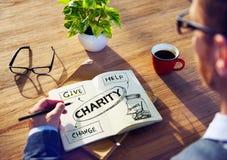 Man med anteckningsboken och välgörenhetbegrepp Arkivfoton