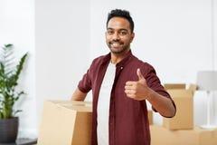 Man med asken som flyttar sig till nya hem- visningtummar upp Royaltyfri Foto