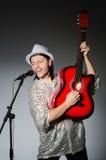 Man med att sjunga för gitarr Fotografering för Bildbyråer