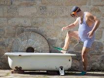 Man med att snorkla kugghjulet som går till badkaret Arkivfoto