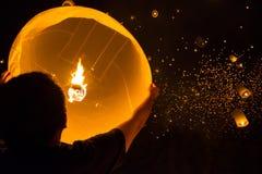 Man med att sväva lampan Fotografering för Bildbyråer