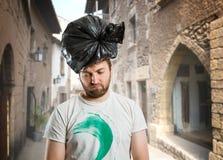 Man med avfallpacken på hans huvud Arkivfoton