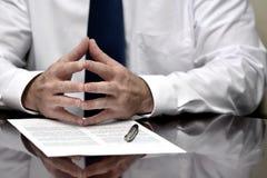 Man med avtalet för affär för band för skjorta för avtalspapper det vita arkivfoto