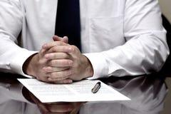 Man med avtalet för affär för band för skjorta för avtalspapper det vita arkivfoton