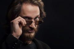 Man med bärande solglasögon för mustasch och för skägg royaltyfria foton