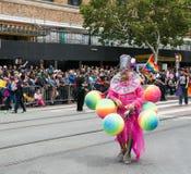 Man med ballongdräkten på San 2017 Francisco Gay Pride Parade royaltyfri bild