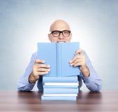 Man med böckerna Arkivfoton