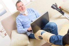 Man med benet i knäburar arkivfoton