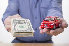 Man med bilen och pengar - köpa och sälja bilen royaltyfria bilder
