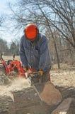 Man med chainsawen Fotografering för Bildbyråer