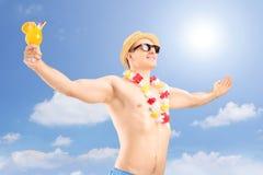 Man med coctailen som uttrycker lycka Fotografering för Bildbyråer